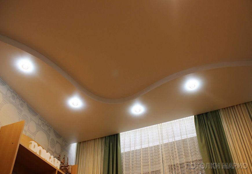 """Белый матовый двухуровневый потолок """"Волна"""" со светодиодными светильниками + эффект """"парящих"""" штор с подсветкой"""